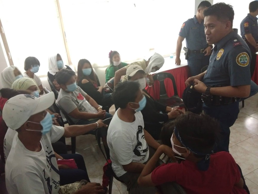 SAGAY. Chief Inspector Robert Mansueto, chief of Sagay City Police Station, talks with the families of the nine slain farmers in the city on Friday. (Glazyl Masculino)