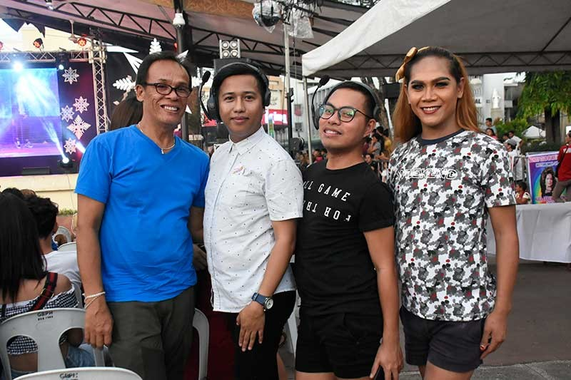 LGBT BALL. Si Presidential Commission for the Urban Poor commissioner Norman Baloro (ikaduha gikan sa wala) uban ang iyang mga kapederasyon sa Lesbian, Gay, Bisexual, Transgender and Queer (LGBTQ) nagpahulagway atol sa ilang preparasyon sa talent elimination round sa LGBT Year-end Ball didto sa Rizal Park, Davao City, Biyernes sa hapon. (Mark Perandos)