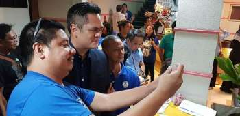 PCOO Sec. Martin Andanar poses a selfie with members of the Cagayan de Oro Press Club (COPC) during the fellowship night of the club's 67th Founding Anniversary last November 9. He is also a recipient of Honorary Membership. (Nef Luczon)