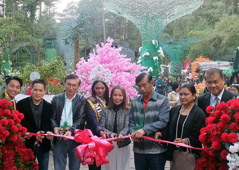 BAGUIO. Baguio Congressman Go, Mayor Mauricio Domogan, Vice Mayor Edison Bilog, Department of Tourism – CAR OIC Jovi Ganongan, Nida Whybrow and Baguio Country Club general manager Anthony De Leon cuts the ribbon to formally open the Christmas village at the BCC. (Jean Nicole Cortes)