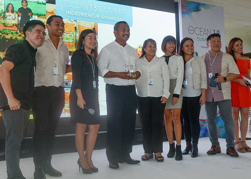 FAMILY AFFAIR. Members of the Paglinawan family led by patriarch Gerry (fourth from left) receive the Ocean 18 Indipreneur Award for Innovation. (SunStar photo/Arni Aclao)