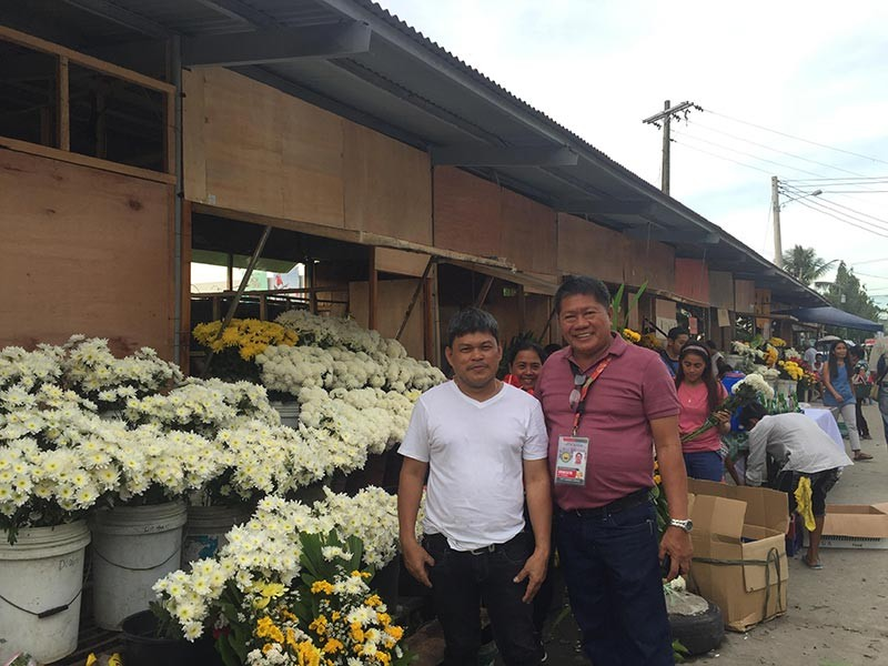 BACOLOD. Flower vendors association president Glen Amar and executive assistant Ernie Pineda. (Merlinda Pedrosa)