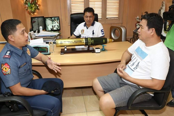 PAMPANGA. Former Barangay Sucad Kagawad Bernardo Valencia (R) narrates to Mayor Peter Nucom (C) and Apalit Police Chief Supt. Roland Agohob the incident involving Barangay Chairman and vice-mayoralty candidate Nelson Manuel yesterday. (Chris Navarro)