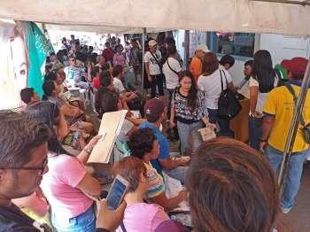 DAVAO. Ubay-ubay nga mga tawo nagtapok sulod sa tent sa waiting area sa Lingap office sa Davao City sa dalang A. Pichon Street aron mangayo og tabang pinansiyal sa gobyerno aron sa mga gastuhan sa ilang mga pasyente. (Macky Lim)