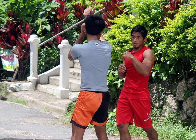 BAGUIO. Brave Combat Federation bantamweight champion Stephen Loman holds a light workout prior to their departure for Bahrain earlier this week to defend his title against Brazillian Felipe Efrain. (Roderick Osis)