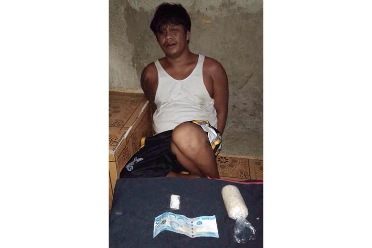 Nasikop. Si Bemar Umpad Udto, 38, taga Riverside Lawis, Pasil, dakbayan sa Sugbo nasikop mga alas 6:30 sa Huwebes sa gabii, Nobiyembre 15, sa Cebu City Drug Enforcement Unit. Nakuhaan siyag 105 gramos sa gituohang shabu nga ang balor gibana-banang P1.3 milyunes.  (Tampo ni Jonalyn Jumabis)