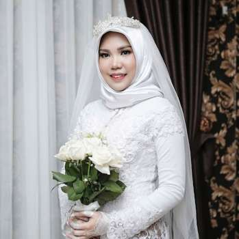 INDONESIA. In this photo taken on Sunday, November 11, 2018, and released by Intan Syari, Indonesian Intan Syari poses in her wedding dress with a bouquet of flowers on the day of her planned wedding in Pangkal Pinang, Indonesia. Syari who was engaged to a man who died on a Lion Air flight that plunged into the sea has worn her wedding dress on the day they were to have been married. (AP)