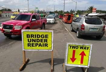 Gibuksan. Kay way klarong traffic plan, ang gisirhan nga bahin sa Mananga Bridge gibuksan pagbalik sa mga sakyanan. (Arni Aclao)