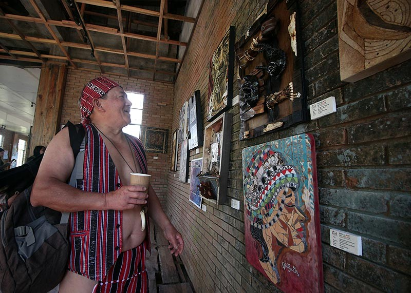 BAGUIO. Felix Siplat admires the artworks displayed at the Diplomat Hotel dubbed Kulay ng Siglo, in line with celebration of Baguio Creative Festival dubbed Entacool. (Jean Nicole Cortes)