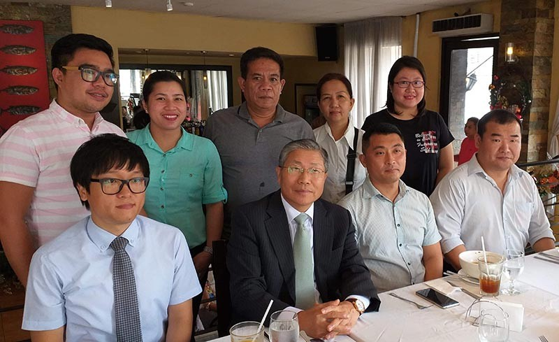 BACOLOD. Negros Press Club officers with Korean Ambassador to the Philippines Han Dong-Man.