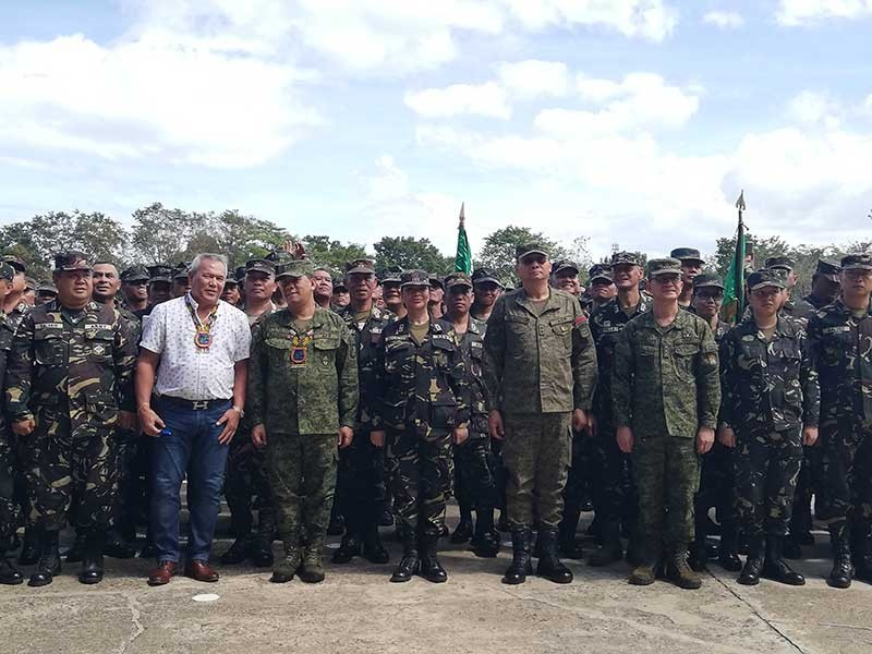 CAGAYAN DE ORO. City Mayor Oscar Moreno, Eastmincom Commander Lieutenant General Benjamin Madrigal, JRTF Commander Lieutenant Colonel Jane Docallos, and 4ID Commander Major General Ronald Villanueva (from left to right) pose with  the reservists in the activation of the Joint Task Force Oro last Saturday, November 17, at Camp Evangelista. (PJ Orias)