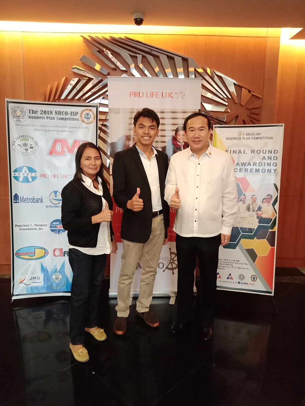 Family support. Nelson Mejia (center) is flanked by his mother Rubirosa and uncle Rodrigo after he is awarded the trophy for best business plan. (Contributed foto)