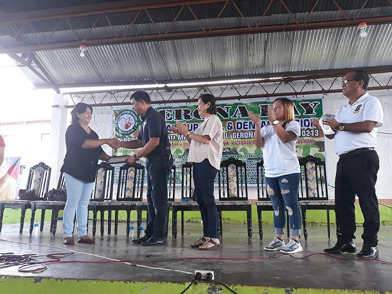 Jennelyn Gerona, president of the Ltc. Nelson GeronaCrusade Inc., givesa certificate of appreciation to Maypagasa party-list number one nominee Cezar Mancao, a retired police senior superintendent, for the group's contribution in the medical mission, with Provincial Board Member Juvy Pepello, TFKVictorias City chapter commander Eleine Yasa and Visayas commander Edsel Valflor. (Contributed photo)