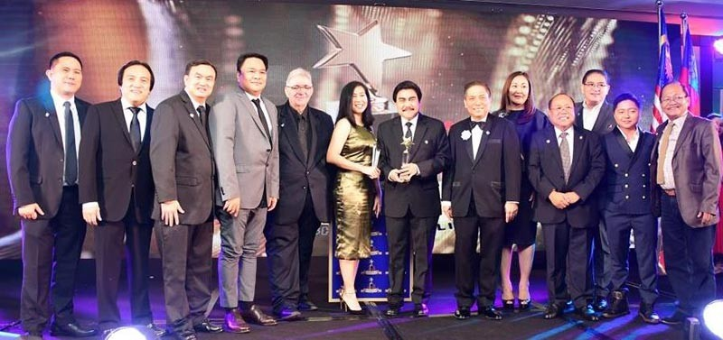 Mayor Evelio Leonardia (center) accepts the Lifetime Excellence for City Governance award, the top awards category of the Asia Leaders Awards 2018 at the Makati Shangri-la hotel recently. The mayor is accompanied by (from left) lawyer Edward Joseph Cuansing, Hugo Corral, lawyer Joselito Bayatan, Representative Greg Gasataya, Councilor Em Ang, lawyer John Orola, and Councilor Bartolome Orola. (Contributed photo)