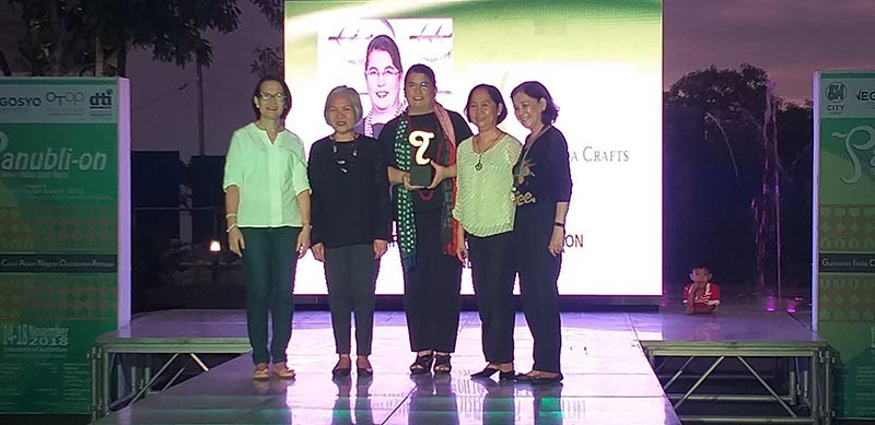 "ILOILO. Association of Negros Producers president and owner of Hacienda Crafts Christina Gaston (center) receives the ""SME of the Year"" for Negros Occidental award from DTI-Western Visayas director Rebecca Rascon (second from left) during the 2018 Panubli-on Heritage Awards awarding ceremony held at SM Southpoint, Iloilo City Saturday, November 17. Also in photos are DTI-Negros Occidental chief senior trade and industry development specialist Rachel Nufable (second from right) and senior trade and industry development specialist Mae Buaron (right). (Erwin Nicavera)"