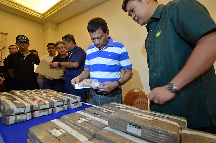 DAVAO. Then Davao City Mayor Rodrigo Duterte shows the bricks of high-grade cocaine found hidden inside a refrigerated container van at the Sumifru Wharf in Tibungco. (SunStar File/King Rodriguez)