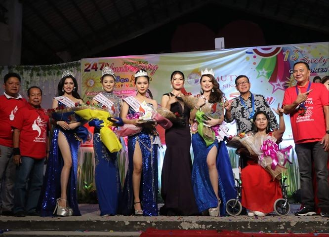 PAMPANGA. Comebacking former mayor Rodrigo 'Digos' Canlas, runningmate vice-mayorable Mayor Leonora C. Wong, former Board Member Ric Yabut, Councilor Glenn Yabut and former barangay chairman Rogelio Savador pose with winners of the Mutya Ning San Simon 2018 namely Michaela Yabut- Paderna (San Nicolas), first runner up Lilianne Claire Rotap (San Pablo Propio), second Runner Up Shannella Eunice Alvaran (San Agustin) and third runner up Almira Batu (San Pedro) during Thursday's coronation night. (Chris Navarro)