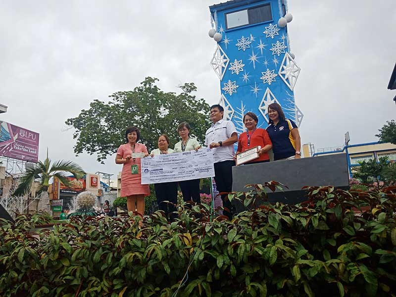 DAVAO. Department of Labor (DOLE) Regional Director for Davao Raymundo G. Agravante, Davao City Administrator Zuleika Lopez, and other City Hall officials and staff during the turnover of the check for livelihood fund. (Contributed photo)