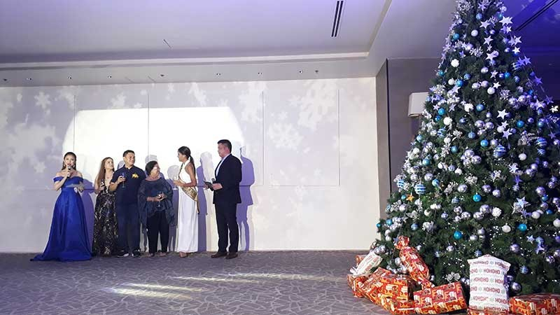 CAGAYAN DE ORO. Seda Centrio Hotel Manager Armand Angeles, Councilor Jay Pascual, City Tourism Chairman Dorothy Pabayo and Miss Cagayan de Oro 2018 Mary Chris Suico led the lighting of the Christmas tree, located at the hotel lobby. (Jo Ann Sablad)