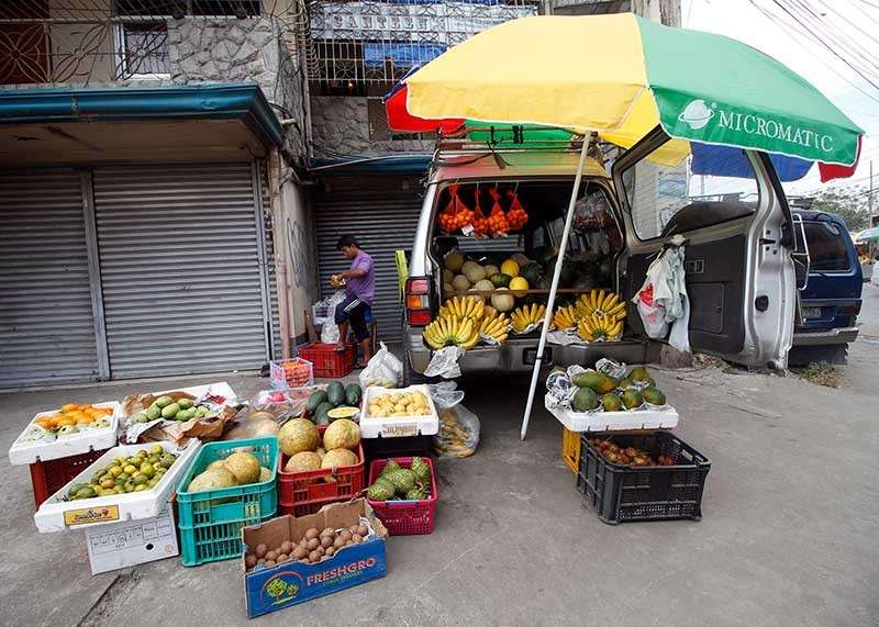 BENGUET. Fruit vendors in La Trinidad, Benguet, found an innovative way to transport and sell their fruits at the Adivay Trade Center in Wangal. (Jean Nicole Cortes)