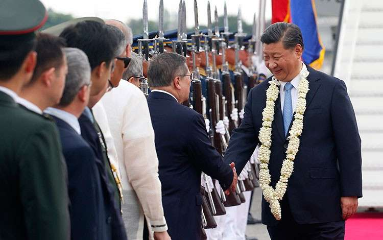 MANILA. Chinese President Xi Jinping (right) is greeted by Philippine Finance Secretary Carlos Dominguez upon arrival at the Ninoy Aquino International Airport in Pasay City on November 20, 2018. (AP)