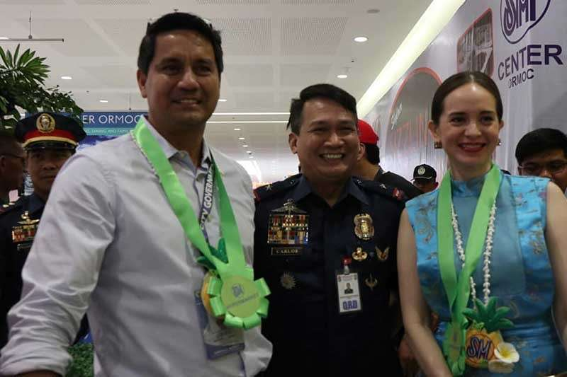 ORMOC. Ormoc City Mayor Richard Gomez and his wife, Leyte Fourth District Representative Lucy Torres-Gomez, welcome Eastern Visayas Police Chief Dionardo Carlos (center) during the opening of the newest shopping mall in the city on November 16, 2018. (File photo courtesy of Ormoc City Government)