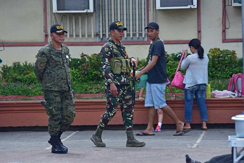 DAVAO. Mituyok minu-minuto ang mga personahe sa Task Force Davao palibot sa Rizal Park, Davao City aron maseguro nga luwas ang dapit atol sa pag-abli sa Pasko Fiesta sa Dabaw Biyernes, Nobyembre 23, 2018. (Macky Lim)