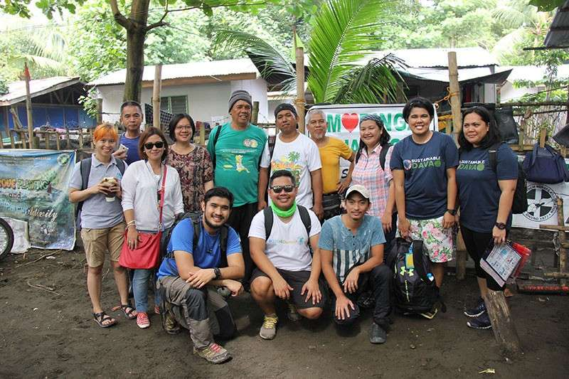DAVAO. IDIS volunteers lead the Mangrove planting initiative. (Contributed photo)