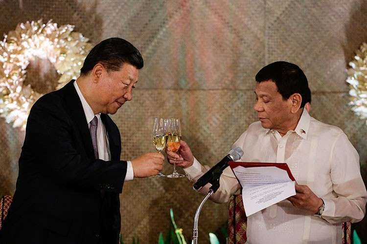 MANILA. In this November 20, 2018, photo, President Rodrigo Duterte (right) proposes a toast to Chinese President Xi Jinping during a state banquet at Malacanang Palace in Manila. (AP)