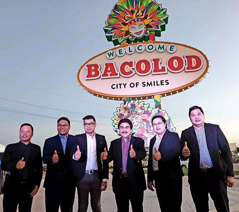 "BACOLOD. Bacolod City Mayor Evelio Leonardia (3rd from right), with Megaworld officials (from left) Glen Tejada, head of construction management in Bacolod; Jericho Barcelon, senior assistant vice president for project development; Harold Geronimo, senior assistant vice president and public relations and media affairs head; Daisy Villanueva, head of construction management in Western Visayas; and John Lee, head of compliance and government affairs, during the Las Vegas-inspired ""Bacolod Welcome Marker"" at the Megaworld property in the boundary of Bacolod and Talisay cities along the Bacolod-Silay Airport Access Road on Monday, November 26. (Carla Cañet)"