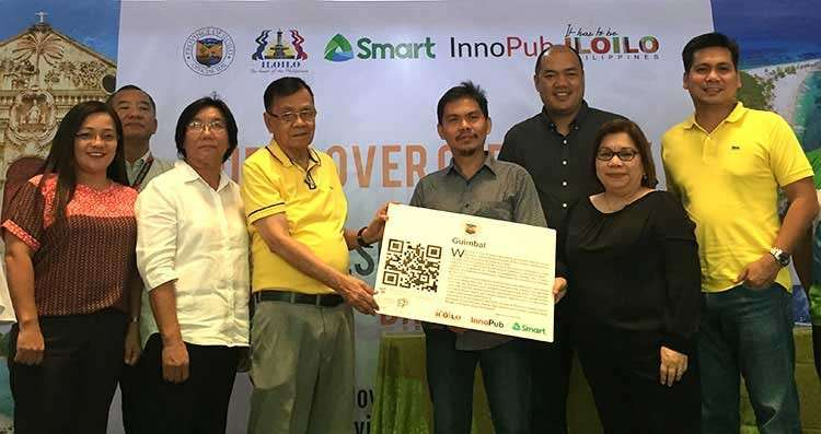 ILOILO. Smart Communications Inc. Public Affairs for VisMin head Atty. Maria Jane Paredes (2nd from right), InnoPub co-founder Max Limpag (4th from left), Iloilo Board Member Demy Sonza (4th from left), and Department of Tourism-Western Visayas' Rene Cortum (2nd from left) led the distribution of QR code to Guimbal town during the launching ceremony at the Capitol lobby. (PR)