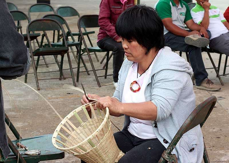 """ARTS AND CRAFTS. Benguet residents learn the art of making the """"kayabang,"""" an indigenous basket made of rattan during a free workshop sponsored by the local government in celebration of Adivay festival. (Jean Nicole Cortes)"""