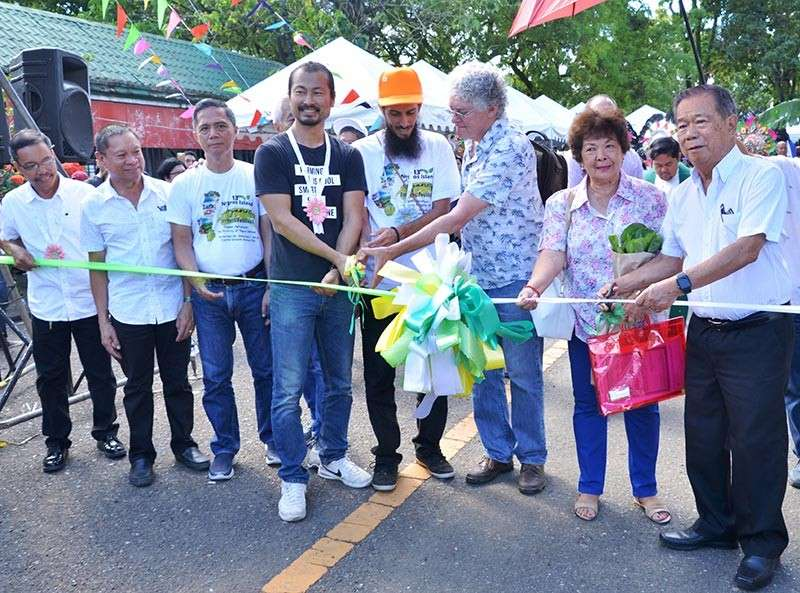 BACOLOD. Negros Occidental Governor Alfredo Marañon Jr. (right) leads the ribbon-cutting ceremony at the opening of the 13th Negros Island Organic Farmers Festival on Wednesday, November 28, at the Capitol grounds, with Soil and Organic Movement Inc. CEO Rei Yoon, Eric Drake Weinert Jr. of Natural Farming Hawaii, Richard Hughes of Nisard, Provincial Agriculturist Japhet Masculino, Provincial Veterinarian Renante Decena, Jerry Dionson of the National Organic Agri Board, and Merceditas Montilla. (Capitol photo)