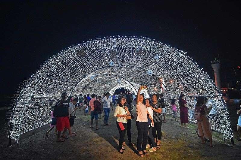 DAVAO. Gatusan ka mga Dabawenyo ang midayo sa bag-ohay lamang nga giablihan nga Christmas Light Tunnel Biyernes sa gabii sa Sta. Ana Pier, Davao City aron masaksihan ang gikagubtang light tunnel, apil na ang pagpahulagway ug mag-bonding kauban ang pamilya duol sa Pasko Fiesta Salo-Salo nga adunay kan-anan ug banda. (Macky Lim)