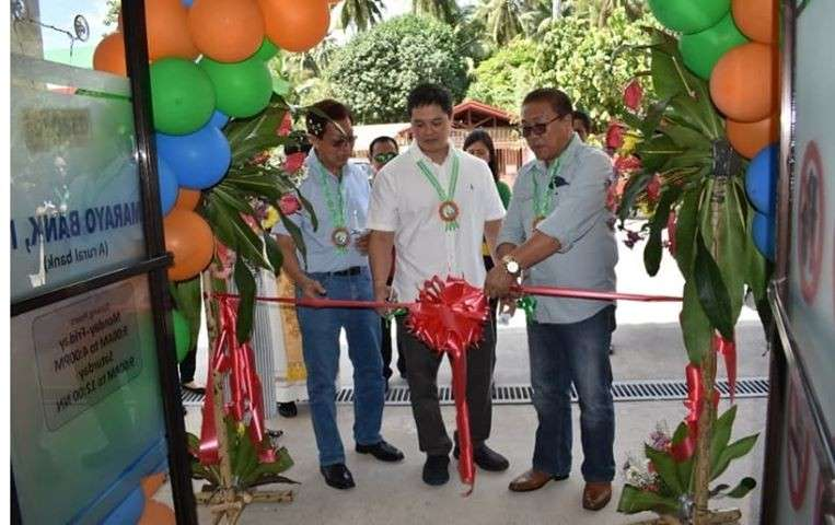 Leading the opening rites of the Marayo Bank Hinoba-an branch are Hinoba-an Mayor Ernesto Estrao, president/general manager Vicente Javellana Jr., and chairman Franklin Fuentebella. (Carla N. Cañet)