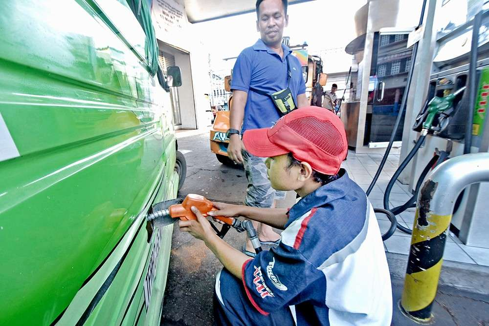 CHEAPER FUEL. Oil players in the country have been rolling back fuel prices for the last seven weeks. This week will be no different. The Department of Energy attributes this to the oversupply of petroleum products in the world market. (SunStar foto / Allan Cuizon)