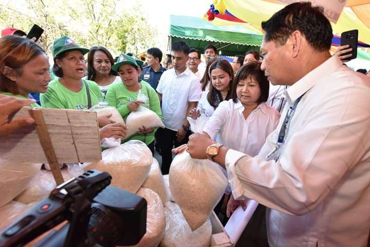 PAMPANGA. Tupad beneficiaries' line up for cheap NFA rice on Monday, December 3, during the Pampanga Day Bigasan at Capitol. (Contributed Photo)
