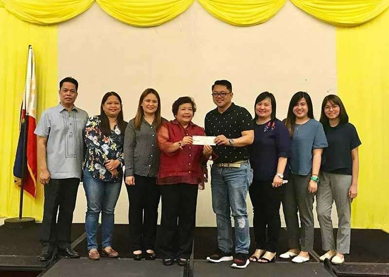 PAMPANGA. Mabalacat City Administrator Rosano Paquia receives from DILG officials, led by Central Luzon Director Julie J. Daquioag, a check amounting to P5.1 million as incentive after the city government was awarded the Seal of Good Local Governance recently. (Reynaldo G. Navales)