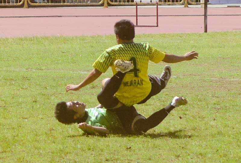 ONE-SIDED. A player from USJ-R falls on a Makoto defender during their quarterfinal match of the Aboitiz Cup. Makoto won, 7-0. (SunStar photo/Arni Aclao)
