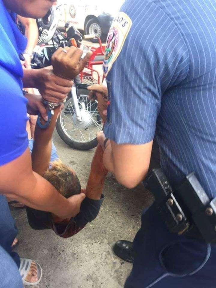 DAVAO. Patay na ang suspek sa paglugos sa 5-anyos kinsa giingong nangilog og pusil dayon misukol samtang gipailawom sa Automated Fingerprint Identification System sud sa San Pedro Police Station sa Davao City kagahapon sa buntag. (PS2 photos)