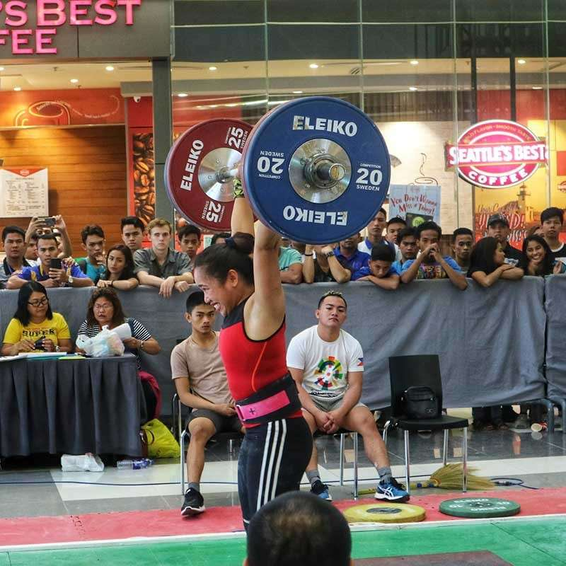 GETTING AHEAD. Olympian and Asian games gold medalist Hidilyn Diaz makes her lift a day ahead of her competitors in the national 6-in-1 weightlifting champion-ships. Diaz had to rush to Manila to take an exam. (SunStar photo/Edri K. Aznar)