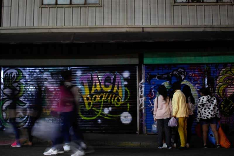 "BAGUIO. Tourists and locals enjoy the graffiti art of the different stalls in one of the ""ukay-ukay"" (used clothing) shops in the city. More tourist continue to flock to Baguio City with the continued drop in temperature. (Photo by Jean Nicole Cortes)"