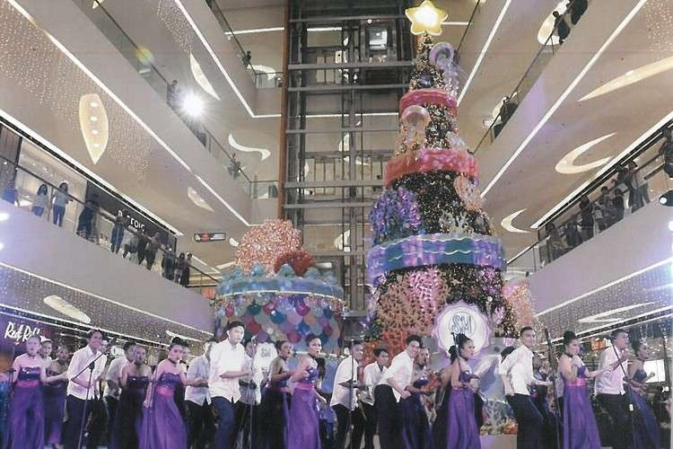 Serenading the mallgoers was the University of Cebu Choristers.