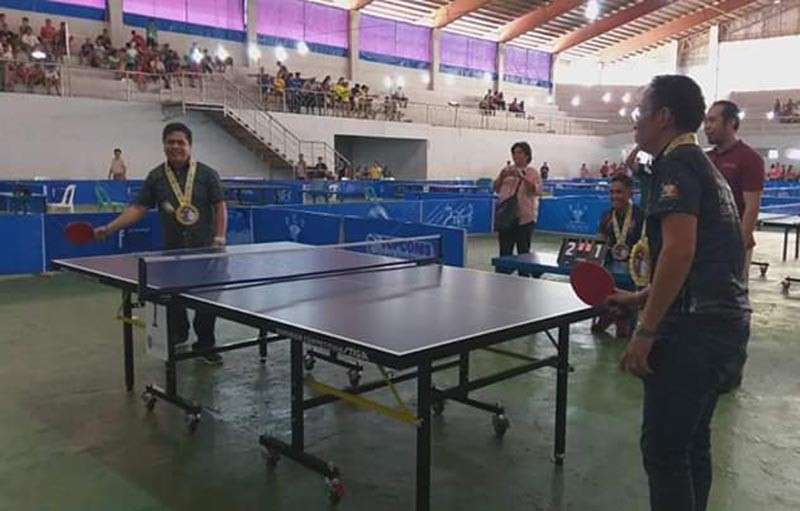 NEGROS. Isabela Mayor Joselito Malabor (left) and Philippine Table Tennis Federation Incorporated president Ting Ledesma (right) lead the ceremonial game of the Super League Table Tennis Tournament held in the town. (Erwin Nicavera)