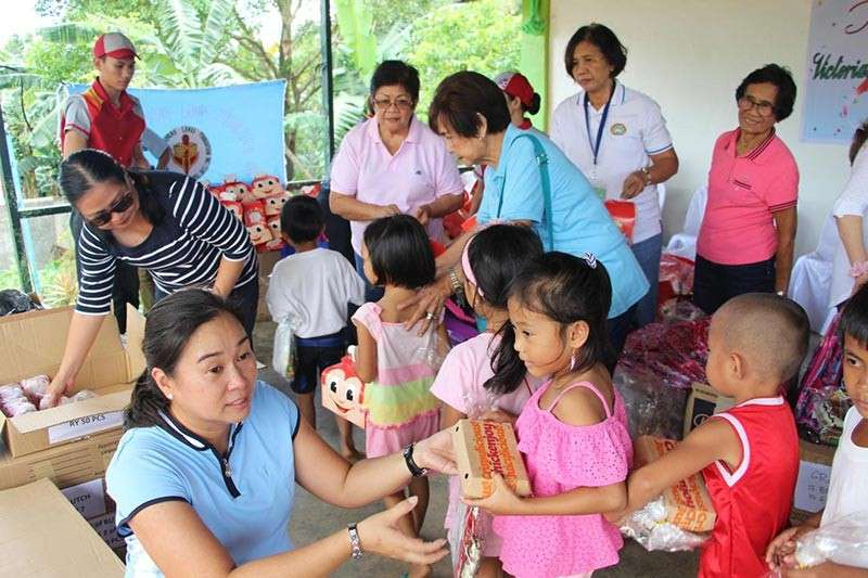 NEGROS. Victorias Kaayong Lawas Foundation president Tricia Anne Regino leads the distribution of gifts to pupils of Estado Elementary School–Mimi extension.