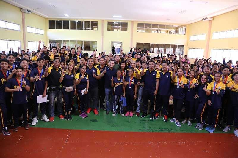 PANGSINAN. Pangasinense athletes pose for a group photo with Governor Amado Espino III during the distribution of cash incentive to medalists. (Photo courtesy of Provincial Government of Pangasinan's official Facebook page)