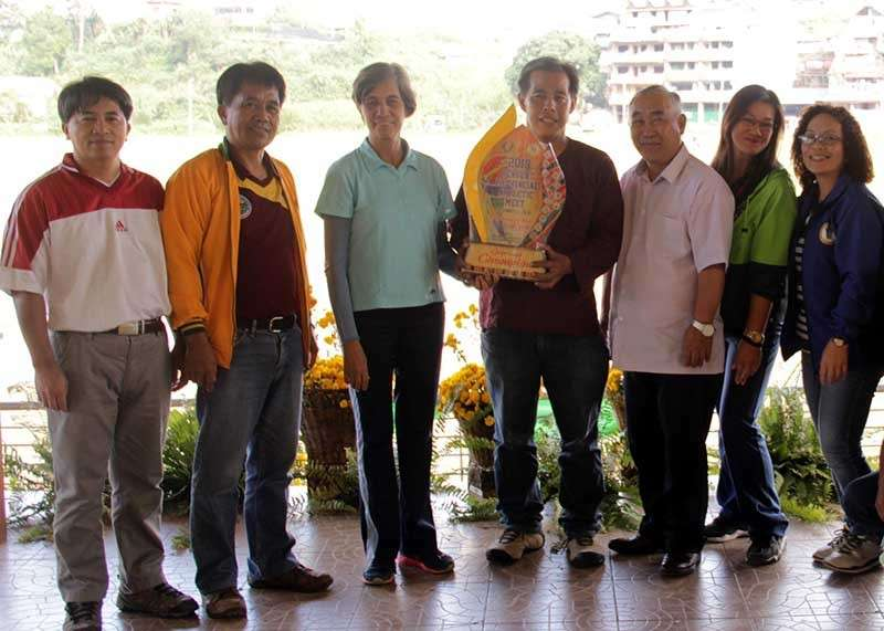 BAGUIO. La Trinidad Mayor Romeo Salda (third from right) join other officials in the valley after topping the recently concluded Benguet Provincial Sports Meet at the Benguet Sports Complex. (Photo by Lauren Alimondo)