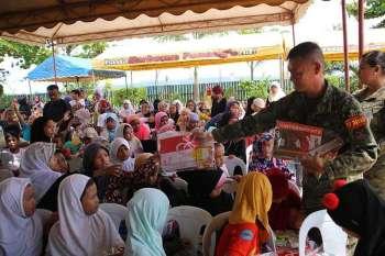 DAVAO. Ang Task Force Davao nanghatag og mga regalo sa mga kabataan sa komunidad sa atong mga kaigsuonang Muslim isip kabahin sa ilang gilusad nga