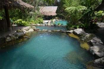 Forest Camp. Ang disenyo sa resort, nga nahimutang sa Valencia, Negros Oriental, gihaum sa mga kahoy ug tubod nga anaa sa dapit. (Hulagway / Roger E. Vallena) onerror=
