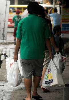CHEAP AND LIGHT. Because it is lightweight, many consumers prefer to use plastic bags to hold their purchases. But with calls to be more environment-friendly, single-use plastics are among the items environmentalists are urging the public to stop using. (SunStar file)